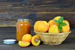 Abrikozenjam en verse abrikozen in de kom Royalty-vrije Stock Foto