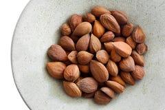 Abrikozenpitten op een ronde plaat Stock Foto
