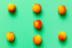 Abrikozenreeks van zes over een groene achtergrond Royalty-vrije Stock Fotografie