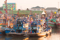 ABRIL 11,2016 - barcos pesqueros en vill de la pesca del estuario de Mahachai Imágenes de archivo libres de regalías