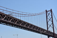 Abril bro över Tagus i Lissabon, Portugal arkivbilder