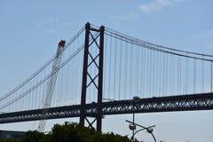 Abril bro över Tagus i Lissabon, Portugal arkivfoton