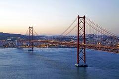 25 Abril-brug in Lissabon Portugal door schemering Stock Foto's