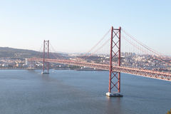 25 Abril-brug in Lissabon Portugal door schemering Royalty-vrije Stock Foto