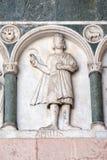 Abril, detalle del bajo-alivio que representa el trabajo de los meses del año, catedral en Lucca, Italia Fotos de archivo libres de regalías