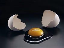 Abrindo o ovo. fotos de stock