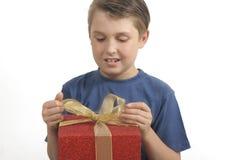 Abrindo ou envolvendo um presente foto de stock