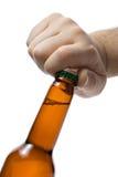 Abrindo um frasco da cerveja fotografia de stock royalty free