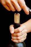 Abrindo um frasco de vinho Imagens de Stock