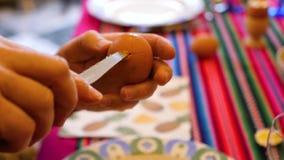 Abrindo um ovo video estoque