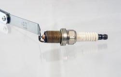 Abrindo um plugue de faísca com um calibre Imagem de Stock