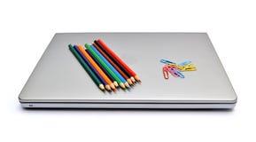 Abrindo um portátil novo da embalagem Fotos de Stock