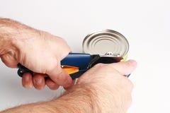 Abrir uma lata com abertura pode Imagem de Stock
