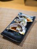 Abriu ostras frescas na placa preta fotografia de stock royalty free