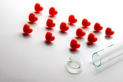 Abriveura IVF de corazones rojos y de un tubo de ensayo quebrado en el primero plano Concepto de fertilización in vitro fracasada imagenes de archivo