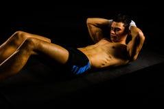 Abs молодого человека фитнеса работая Стоковые Изображения RF