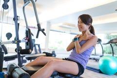 Abs тренировки женщины в спортзале и деятельность на проигрышном весе Стоковые Изображения