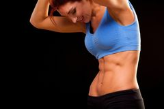 abs Belle femme sportive faisant la forme physique s'exerçant au fond noir pour rester convenable Motivation de séance d'entraîne photographie stock libre de droits