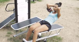 ABS del entrenamiento de la muchacha en parque Foto de archivo