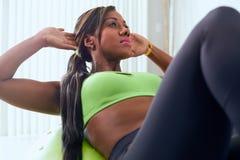 Abs home do treinamento da mulher negra da aptidão com bola suíça Fotografia de Stock