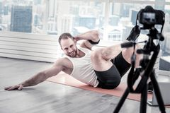 ABS masculino feliz del entrenamiento del blogger Fotografía de archivo