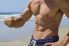 Abs masculino natural da praia fotografia de stock royalty free