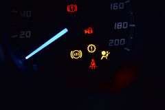 ABS, serrure, ceinture de sécurité et lumière d'airbag montrant sur la voiture Image stock