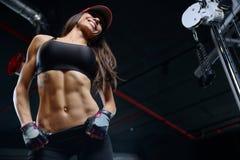 ABS sportif sexy de formation de jeune fille dans le gymnase Photographie stock libre de droits