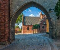 Absalon Arch bouwde tussen het paleis van de bischop en de Gotische Kathedraal van Roskilde Roskilde denemarken stock afbeeldingen