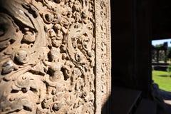 Absara kvinnlig andesten som snider i Angkor Wat royaltyfri bild