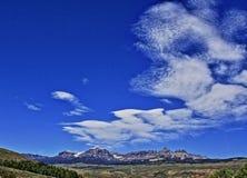 Absaroka bergskedja under sommarcirrusmoln och linsformade moln nära Dubois Wyoming Royaltyfri Fotografi