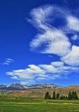 Absaroka bergskedja under sommarcirrusmoln och linsformade moln nära Dubois Wyoming Arkivfoto