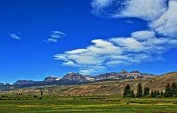 Absaroka bergskedja under sommarcirrusmoln och linsformade moln nära Dubois Wyoming Fotografering för Bildbyråer