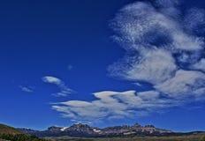 Absaroka bergskedja under sommarcirrusmoln och linsformade moln nära Dubois Wyoming Royaltyfri Bild