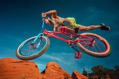Abschüssige Mountainbikefahrt Stockbilder