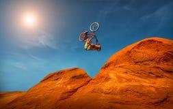 Abschüssige Mountainbikefahrt Stockfotografie