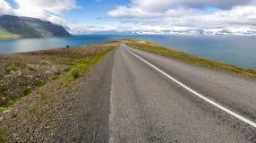 Abschüssige Straße nahe Sudavik in Island, Europa Lizenzfreies Stockfoto