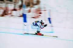 Abschüssiger Athlet des jungen Mädchens, der zu Wettbewerb Russischem Pokal im alpinen Skifahren Ski fährt Hintergrundunschärfeef stockbild