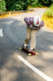 Abschüssiger Skateboardfahrer in der Aktion Lizenzfreies Stockbild