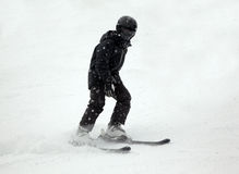 Abschüssiger Skifahrer im Schwarzen Lizenzfreie Stockbilder