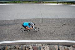Abschüssiges Fahrradrennen des Mädchens Stockfotos