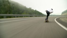 Absch?ssiges longboard in den Bergen im Nebel morgens stock video