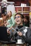 Abscheulicher junger Mann, der laut singt stockfotografie