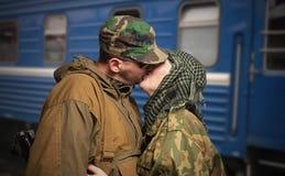 Abschied der Frau mit dem Ehemann, der auf Militärdienst verlässt Stockbilder