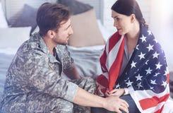 Abschied des verheirateten Paars vor dem Ehemann, der auf Militärdienst verlässt Lizenzfreies Stockfoto