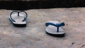 Abschied, Schuhe versieht mit Seiten, jede der Trennung der Weise gegenüberstellend Stockfotografie