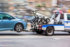 Abschleppwagen liefert das beschädigte Fahrzeug Lizenzfreie Stockfotografie