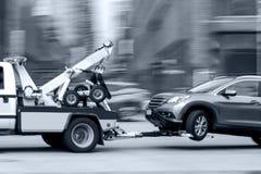 Abschleppwagen liefert das beschädigte Fahrzeug Lizenzfreie Stockbilder