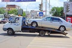 Abschleppwagen mit einem Auto Lizenzfreie Stockfotografie