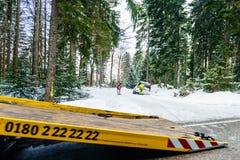 Abschleppwagenleutegelb-Sicherheitswinter Lizenzfreies Stockbild